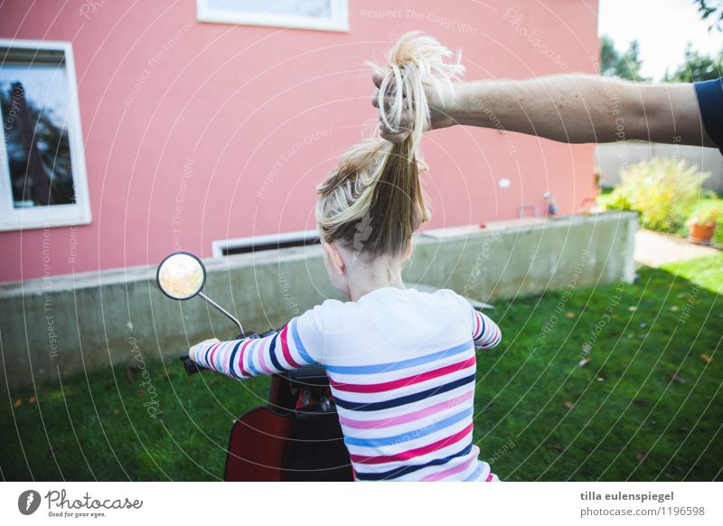 an den Haaren herbeigezogen. Mensch Kind Freude Haus Mädchen Fenster Erwachsene Wand Wiese feminin lustig Garten Fassade Kindheit blond sitzen