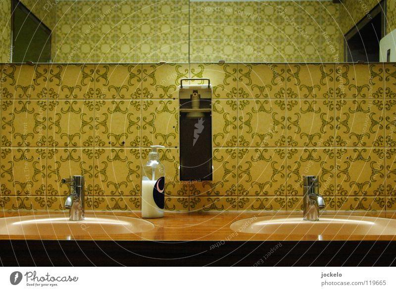 Handbrause Waschbecken Kunstlicht Rest Seife Spiegel Bad Gasthof Gastronomie Herrentoilette Pissoir Sechziger Jahre Siebziger Jahre Hotel Stil Vergänglichkeit