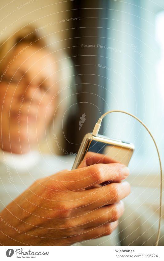 Woman with MP3 Player Mensch Frau Hand Freude Erwachsene feminin 45-60 Jahre Technik & Technologie Kommunizieren Telekommunikation Instant-Messaging Kabel festhalten Internet Medien hören
