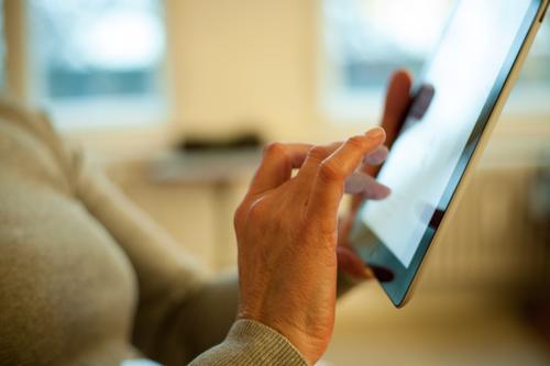 Touchpad being used Börse Business sprechen PDA Computer Notebook Technik & Technologie Unterhaltungselektronik Informationstechnologie Internet Mensch feminin