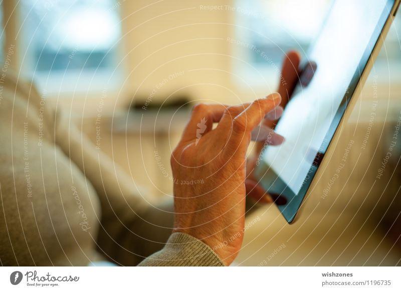 Touchpad being used Mensch Frau Hand Erwachsene Leben Bewegung Senior feminin sprechen Business Technik & Technologie Computer Kommunizieren berühren lesen Instant-Messaging