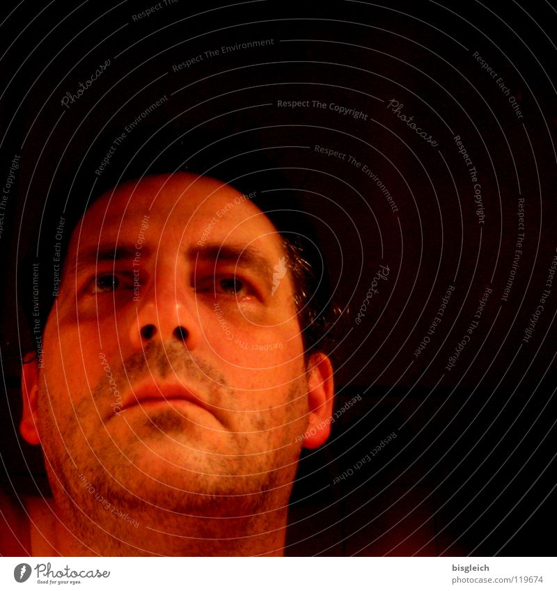 Blick in den Spiegel Mensch Mann alt Gesicht dunkel Traurigkeit Erwachsene maskulin Spiegel Konzentration Müdigkeit 30-45 Jahre