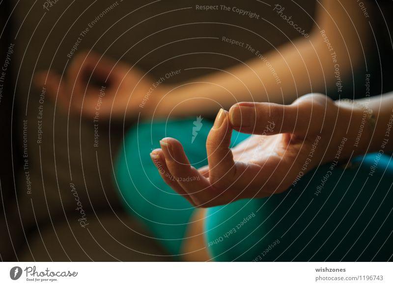 Meditation Pose Lifestyle Gesundheit Alternativmedizin Wellness harmonisch Wohlgefühl Zufriedenheit Erholung ruhig Sofa Yoga atmen sitzen braun grün türkis