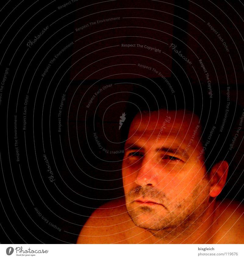 Blick aus dem Spiegel Farbfoto Nacht Kunstlicht Porträt Gesicht maskulin Mann Erwachsene 1 Mensch 30-45 Jahre dunkel Wut Ärger Konzentration Potrait