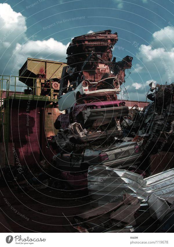 Schrottplatz Arbeit & Erwerbstätigkeit Industrie Umwelt Urelemente Himmel Wolken Fahrzeug PKW Metall alt hoch kaputt retro Ende Krise Nostalgie Vergänglichkeit