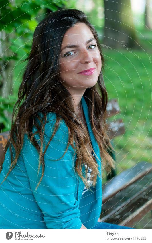 Eine junge Frau, die auf einer Gartenbank sitzt Mensch Ferien & Urlaub & Reisen Jugendliche schön Sommer Junge Frau Freude 18-30 Jahre Erwachsene Umwelt Gefühle