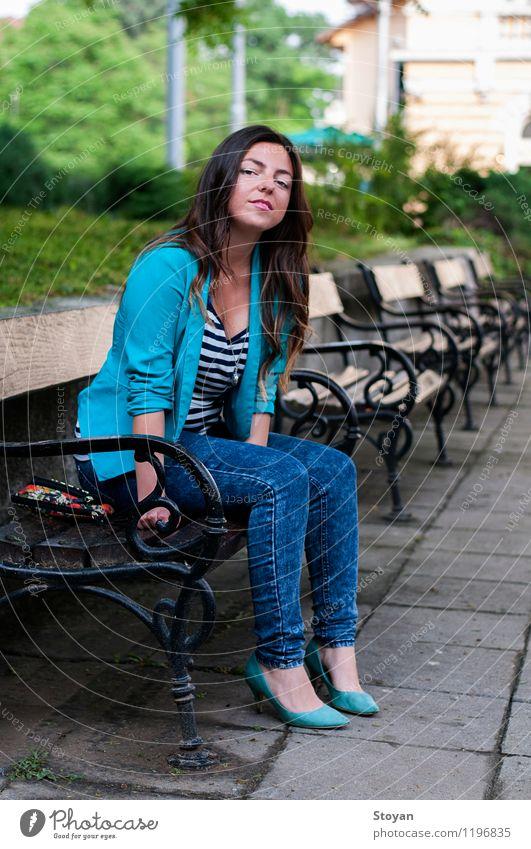 Eine junge Frau, die auf einer Gartenbank sitzt Junge Frau Jugendliche Leben 18-30 Jahre Erwachsene Pflanze Schönes Wetter Baum Park Sofia Bulgarien Bulgaren