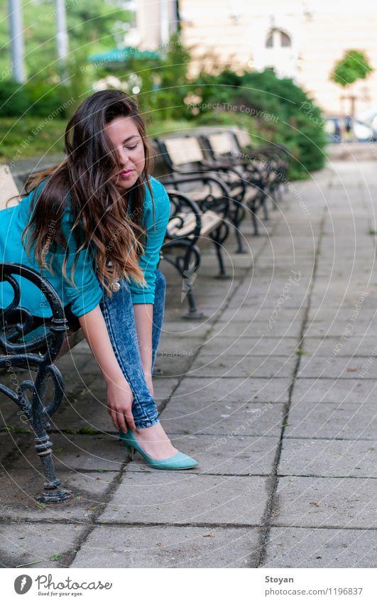 Eine junge Frau, die auf einer Gartenbank sitzt Mensch Jugendliche Pflanze schön Junge Frau Baum Blume 18-30 Jahre Erwachsene Umwelt Leben Gras Stil Lifestyle