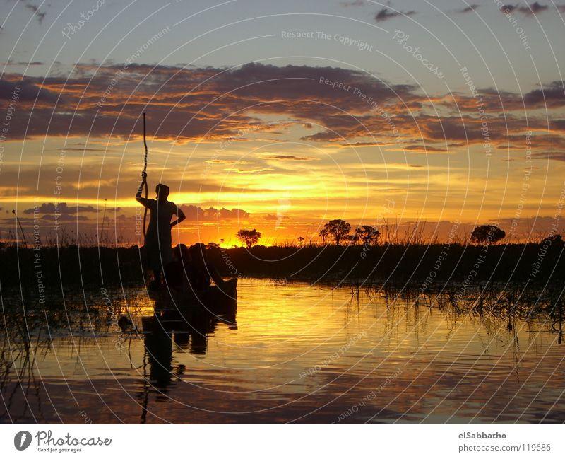 Sonnenuntergang im Okawango Delta Okavango Wasserfahrzeug Botswana Afrika Rudern Paddeln Kanu Kajak Sonnenaufgang Wolken Himmelskörper & Weltall Fluss Bach