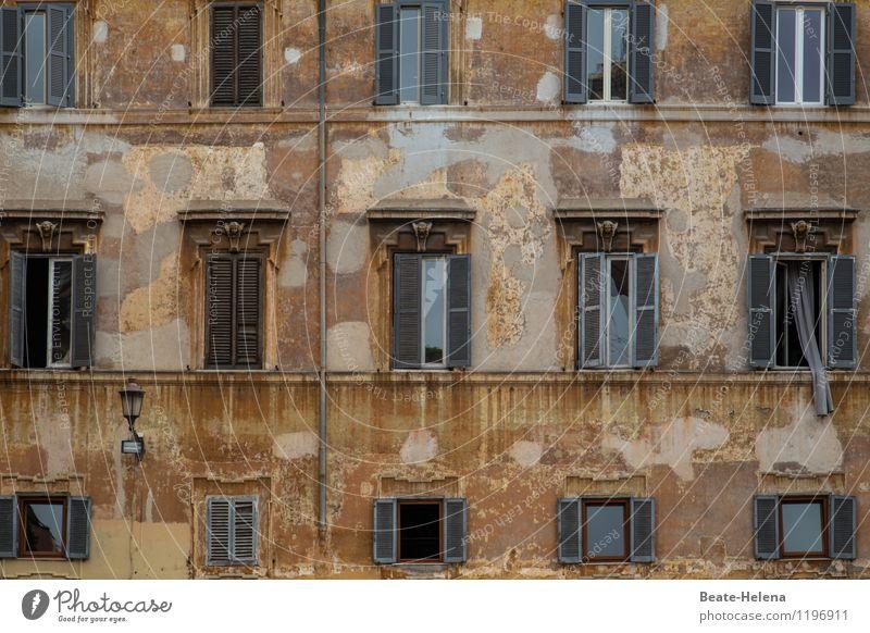 einfach mal durchlüften alt Haus Fenster Wand Mauer grau außergewöhnlich braun Fassade ästhetisch Italien Straßenbeleuchtung festhalten Vorhang stagnierend