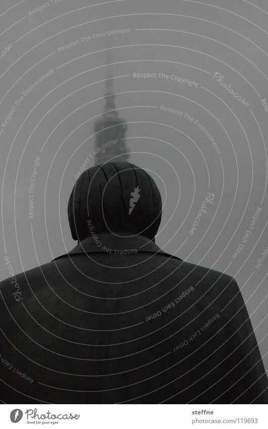 Der Mensch als Antenne Mensch Mann Berlin Nebel Kommunizieren Fernseher Fernsehen Mitte Medien Denkmal Statue Mobilität Wahrzeichen Strahlung Tourist Vernetzung