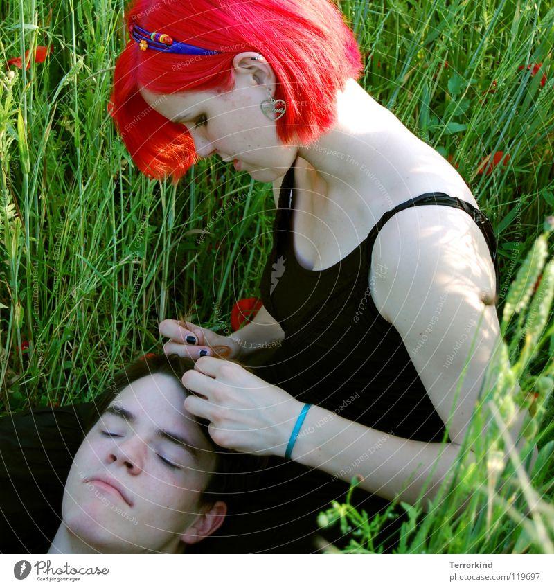 'Es ist einer.dieser heissen.himmelblauen tage.. Schwester Geschwister Kleid schwarz rothaarig unnatürlich Haarreif Hand Konzentration Freundlichkeit