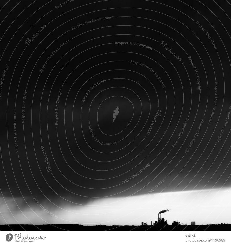 Schattenwirtschaft Gewitterwolken Horizont Klima Wetter schlechtes Wetter bedrohlich dunkel Fabrik Schornstein Rauch Regen Supertotale Hoffnung Endzeitstimmung