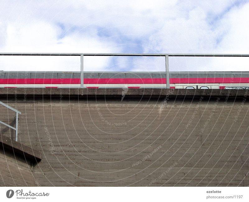 Oben und unten Himmel blau rot Wand Mauer braun Verkehr Geschwindigkeit Treppe Schnellzug Eisenbahn