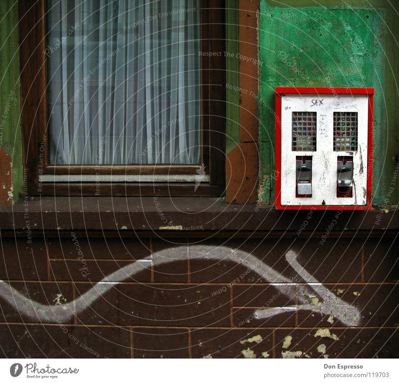 Nostalgie Kaugummi Kaugummiautomat Automat Haus Wand Fassade Fenster Fensterscheibe grün verfallen Mauer dreckig retro Erinnerung Spielzeug Bonbon Süßwaren