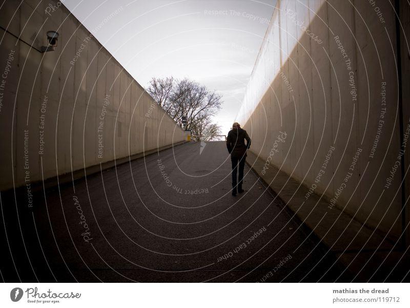 LONELY WALK Winter trüb Spaziergang gehen Einsamkeit grau Steigung dunkel bedrohlich schwarz Beton Tunnel Fassade Gußeisen Asphalt Einfahrt Tiefgarage steil
