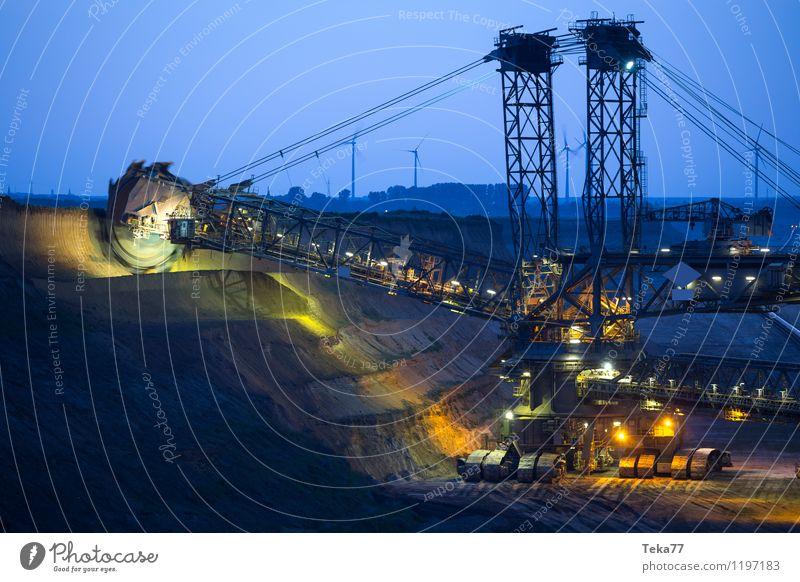 abend BAU I Werkzeug Maschine Baumaschine Energiewirtschaft Kohlekraftwerk Kraft ästhetisch bizarr Braunkohlentagebau Garzweiler Braunkohlenbagger Farbfoto