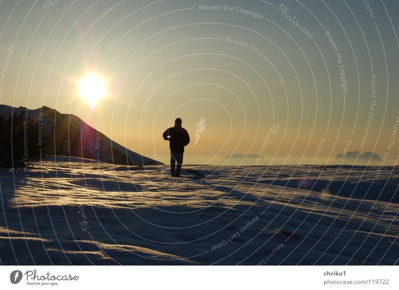 sehr früh morgens... Gipfel Sonnenaufgang wandern Mann Einsamkeit Wolken Hochnebel Morgen Sonnenstrahlen Bergsteigen ruhig kalt Berge u. Gebirge Winter Alpen