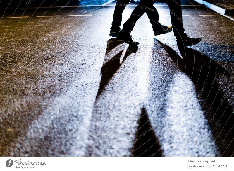 Fußgänger in der Stadt Freizeit & Hobby ausgehen Feste & Feiern Mensch Beine 2 Verkehrswege Straße laufen Leben Lebensfreude Deutschland Farbfoto