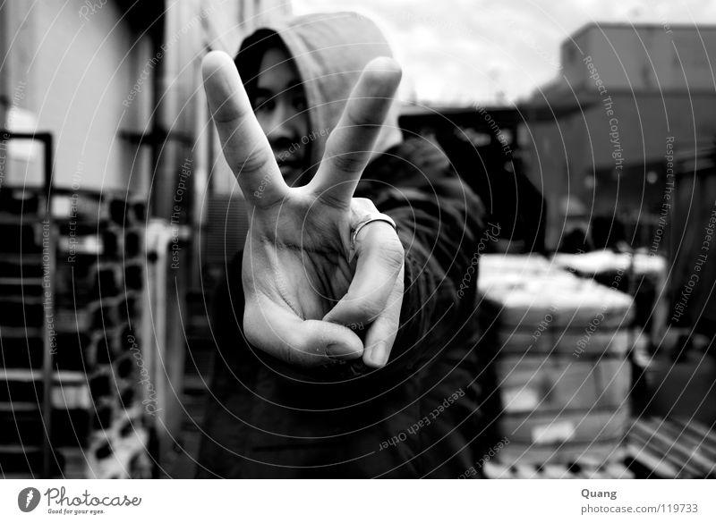 Winkelblick Frieden Ehe Kapuze Hand Finger Ehering Außenaufnahme Schwarzweißfoto Mann Ecke Kreis Freiheit