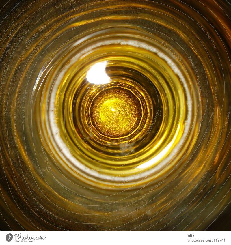 zu tief ins bierglas geblickt Bier gelb rund Kreis Spirale Getränk Alkohol Glas