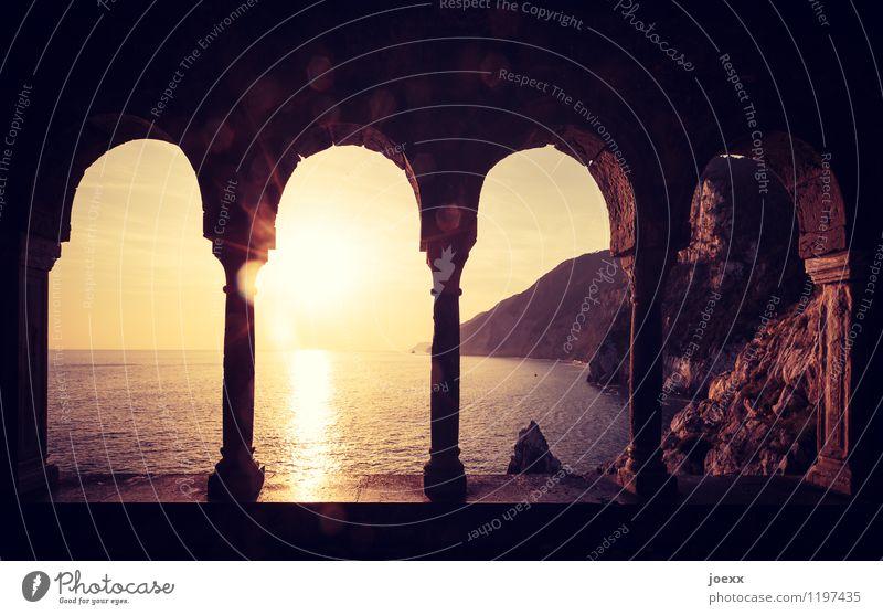 Meer sehen in der Stille Natur Wasser Himmel Horizont Sonne Sonnenaufgang Sonnenuntergang Sonnenlicht Sommer Schönes Wetter Berge u. Gebirge Küste Ruine Fassade