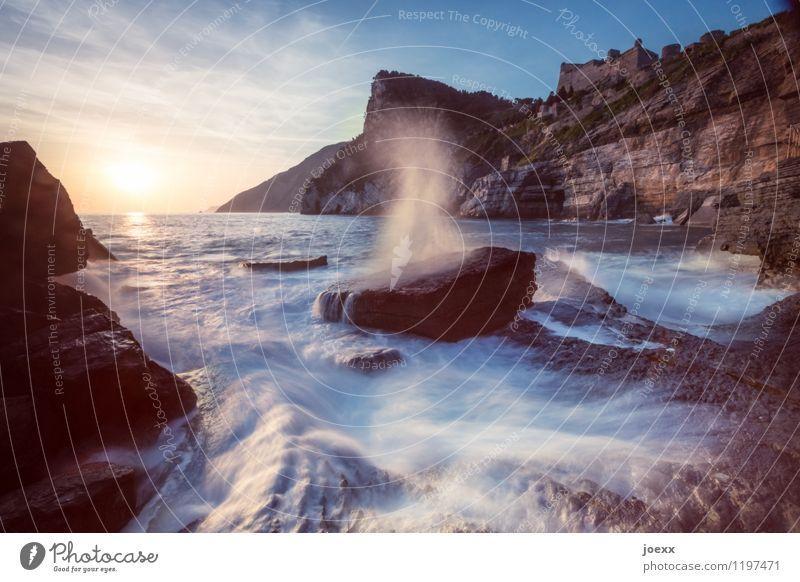 Der Atem des Meeres Himmel Ferien & Urlaub & Reisen blau schön Sommer Wasser weiß Sonne Ferne gelb Bewegung Küste braun Felsen Horizont