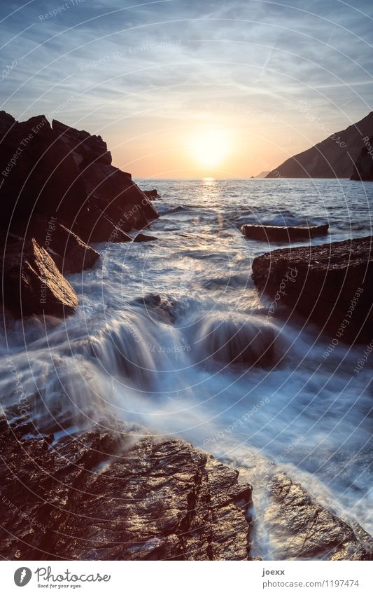 1.400 +1 Himmel Natur Ferien & Urlaub & Reisen blau Sommer Wasser Meer Ferne schwarz Küste braun Felsen Horizont orange wild Wellen