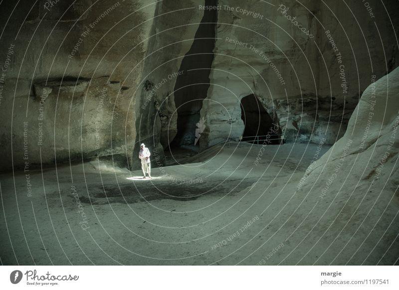 Lichtgestalt in einer Höhle, er steht direkt in den eindringenden Sonnenstrahl ruhig Meditation Ferien & Urlaub & Reisen Tourismus Abenteuer Expedition Mensch