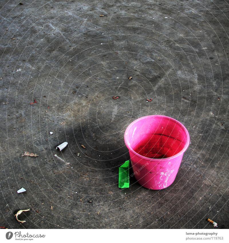 Frühjahrsputz Eimer Behälter u. Gefäße Kübel Reinigen Wischen Raumpfleger dreckig Lagerhalle Beton Müll alt Spuren Rost knallig trist grau mehrfarbig rosa