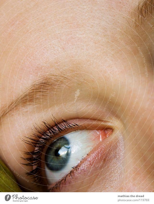 GUTENMORGENBLICKAUSDEMFENSTERUNDDABEIIMBETTLIEGEN Frau Jugendliche blau schön schwarz Gesicht Auge feminin Fenster Gefühle Traurigkeit offen Haut groß Trauer