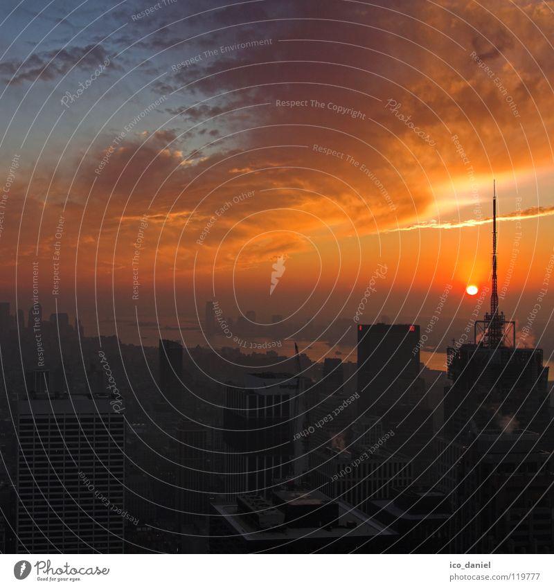 Sunset in New York I Himmel blau Stadt rot Sonne Wolken schwarz Ferne Straße Stimmung Nebel Verkehr Hochhaus USA Skyline Aussicht