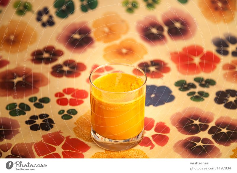 Carrot Juice with colorful Background Lebensmittel Gemüse Getränk Saft Gesundheit Gesunde Ernährung Fitness Wellness Kur Glas frisch lecker saftig mehrfarbig