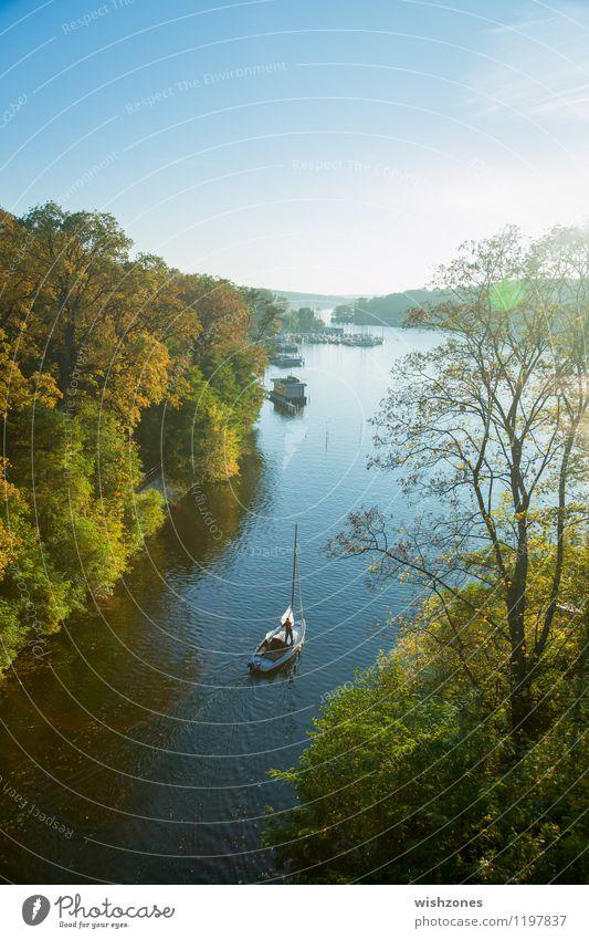 Solitary Sailing Boat on a River Mensch Natur blau grün Sommer Erholung Landschaft ruhig gelb Herbst Freiheit See Lifestyle maskulin Zufriedenheit