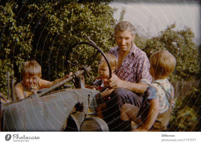 Damals Kind Gartenarbeit Landwirtschaft Forstwirtschaft Mensch Junge Großvater 4 Landschaft Sonne Schönes Wetter Traktor Arbeitsbekleidung