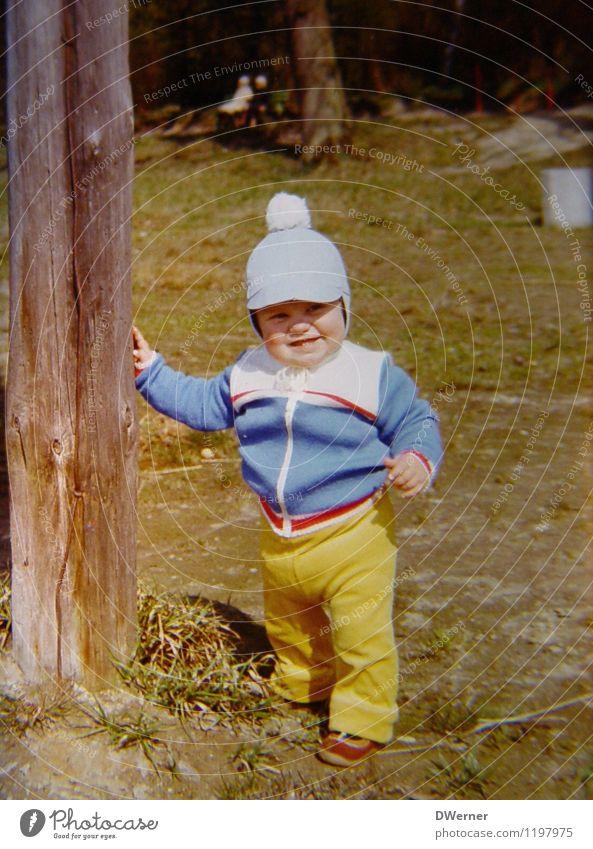 vor einigen Jahren Mensch Kind alt Freude gelb Wiese Glück hell Deutschland Zufriedenheit Körper stehen Fröhlichkeit Lächeln Schönes Wetter retro