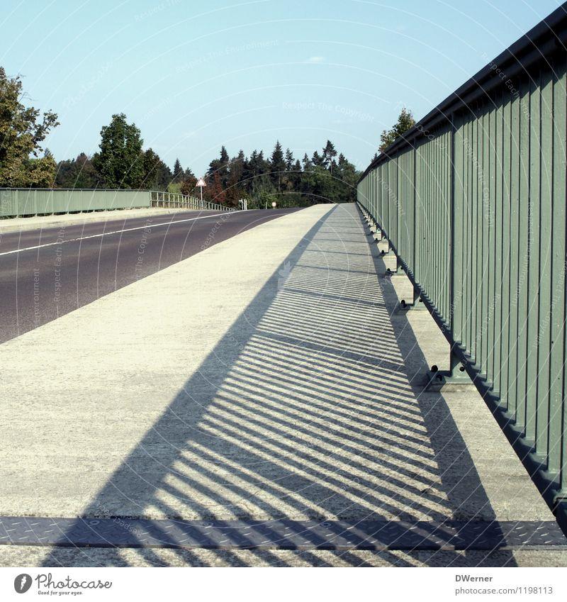 Brücke Umwelt Natur Schönes Wetter Verkehr Straße Autobahn Verkehrszeichen Linie Streifen leuchten lang leer frei Asphalt Brückengeländer Bürgersteig Himmel PKW