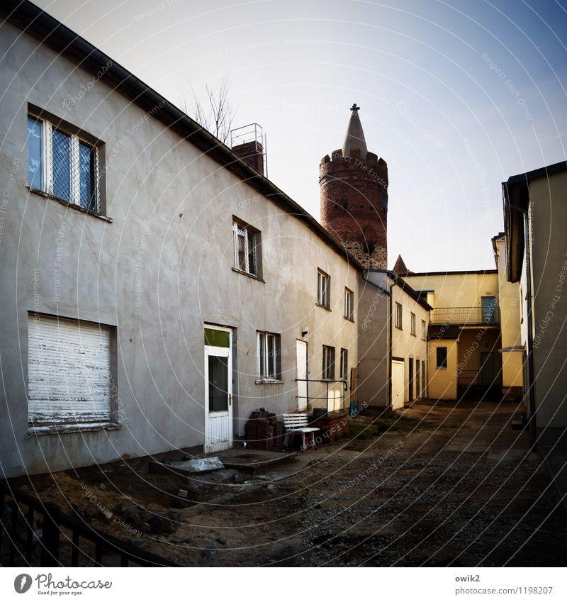 Hinterhof alt Haus Fenster Wand Architektur Gebäude Mauer Deutschland Fassade Tür Klima Schönes Wetter Turm historisch Bauwerk Bank