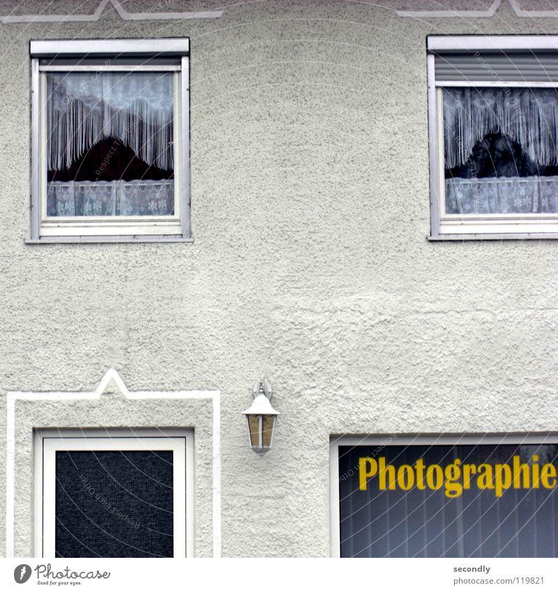photographie Haus Fenster Wand Lampe Schaufenster Vorhang Dienstleistungsgewerbe Fotografie Buchstaben Schriftzeichen photografie Tür alt Eingangstür