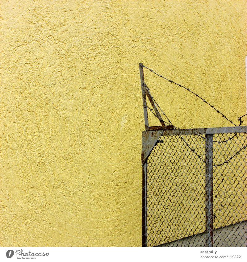 wieder quadratisch aber statisch Stacheldraht Gitter Wand gelb Pferch Abtrennung Rost hässlich verfallen Warnhinweis Warnschild Tor alt Neigung