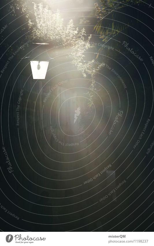 Schwarze Gasse. Kunst ästhetisch Straßenbeleuchtung Laterne Urlaubsfoto erleuchten Licht dunkel Kontrast Portugal Seitenstraße Idylle abgelegen Beleuchtung