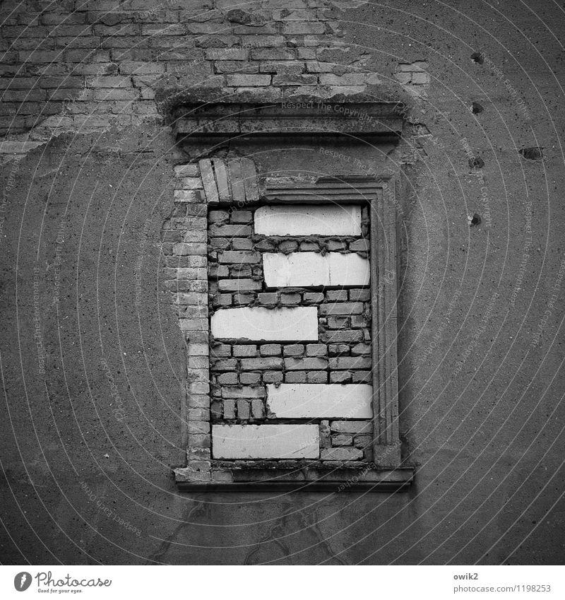 Jalousie alt Fenster Wand Mauer Stein Fassade geschlossen Schutz verfallen Mitte Backstein Unbewohnt eckig Kleinstadt Mauerstein Fensterrahmen