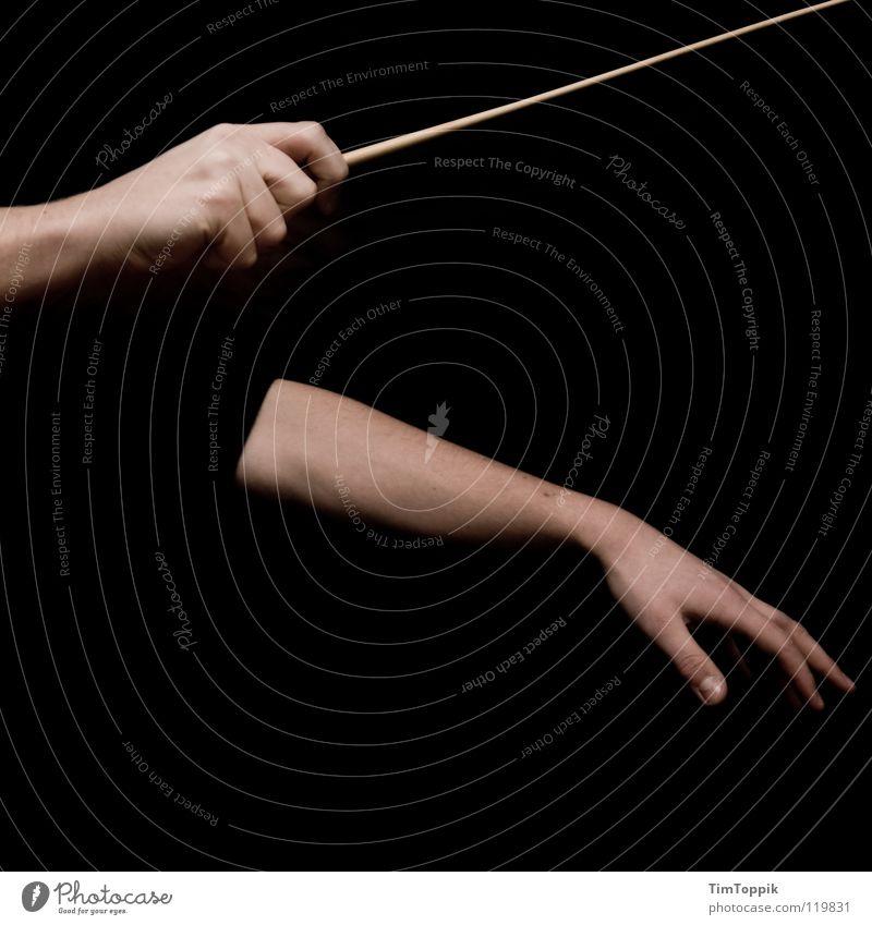 Musst du lauter machen Dirigent Hand Finger Taktstock Daumen Zeigefinger Mittelfinger Ringfinger Unterarm Faust Orchester Stock Rhythmus Musik führen Konzert