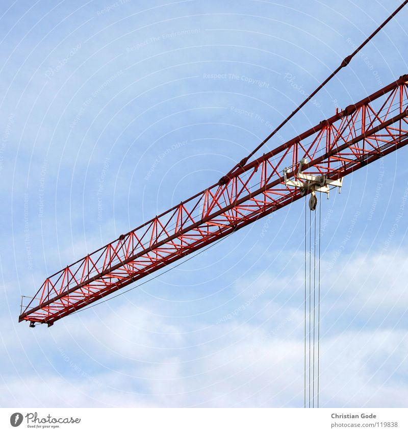 Kran Himmel blau rot Wolken Stein Mauer Arbeit & Erwerbstätigkeit hoch Seil Hochhaus Baustelle Güterverkehr & Logistik Stahl Lastwagen Ladengeschäft Handwerk