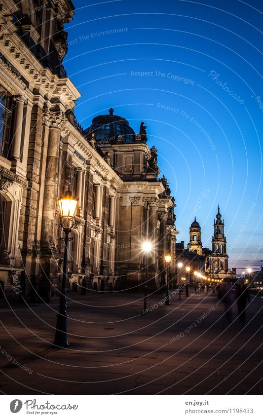 spazieren gehen Ferien & Urlaub & Reisen Tourismus Ausflug Sightseeing Städtereise Nachthimmel Dresden Sachsen Deutschland Stadt Altstadt Kirche Turm Bauwerk