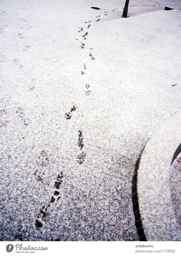 Brötchen holen Mensch Winter Schnee Wege & Pfade laufen Spuren Bürgersteig Verkehrswege Kurve Abschied Straßenbelag Haushalt Pflastersteine schreiten biegen Fährte