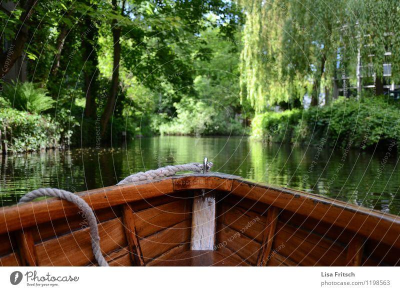 Fahrendes Boot auf der Alster. Natur Ferien & Urlaub & Reisen Wasser Baum Erholung Landschaft ruhig Umwelt Freiheit Lifestyle Zufriedenheit Tourismus Idylle