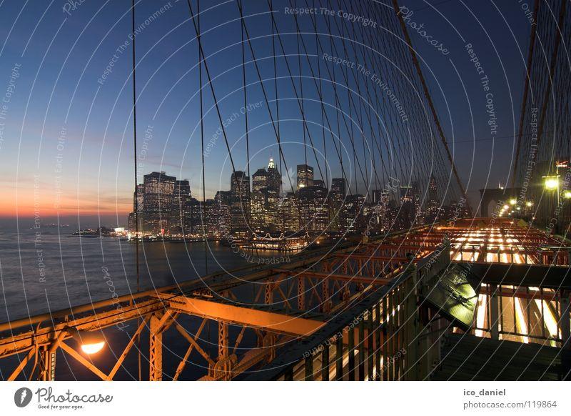 Brooklyn Bridge III Himmel Wasser Stadt Ferne dunkel Beleuchtung Verkehr Brücke USA Fluss Stahlkabel Skyline Amerika Anlegestelle Stadtzentrum Abenddämmerung