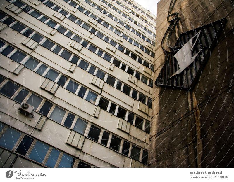 KAFFEEPAUSE Haus Gebäude groß Plattenbau Hochhaus Fassade Fenster Fensterscheibe blaustich verrotten Osten Lüftung Froschperspektive parallel Quadrat Ecke