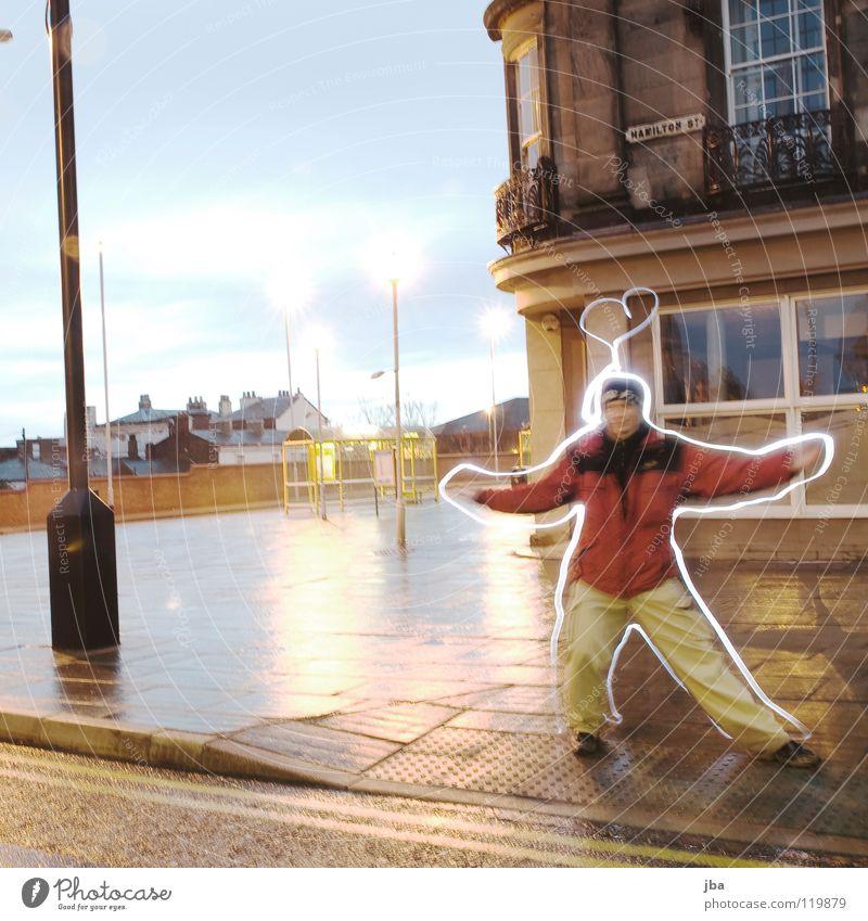Zeitvertrieb in Liverpool Langzeitbelichtung Ferien & Urlaub & Reisen Lichtspiel Morgen Stadt Haus Laterne Platz nass Mann Körperhaltung Jacke England